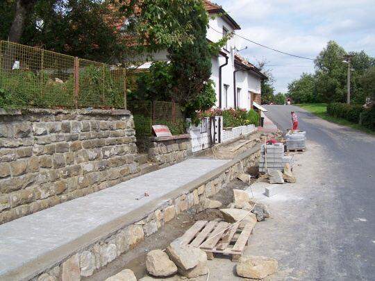 Oprava chodníků v obci Sehradice